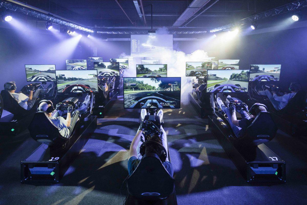 Sim racing in The Official F1 Racing Centre waar de Sim Competitie van MP Motorsport plaats vindt - © Pim Geerts